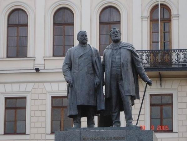 Это - первая гимназия, а перед ней - памятник Акаки Церетели и Ильи Чавчавадзе (выдающиеся грузинск... - 2