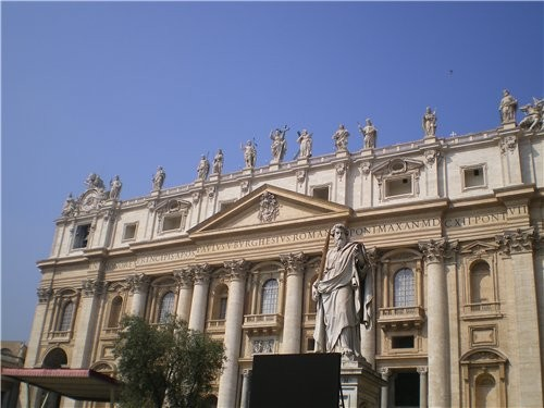 А теперь мы с вами находимся у стены Ватикана которая отделяет его от Рима - 2