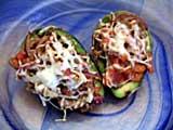 Сюрприз из авокадо 3 авокадо 1 помидор 4 кусочка бекона 1 сладкая луковица 1 сельдерей 2 ч