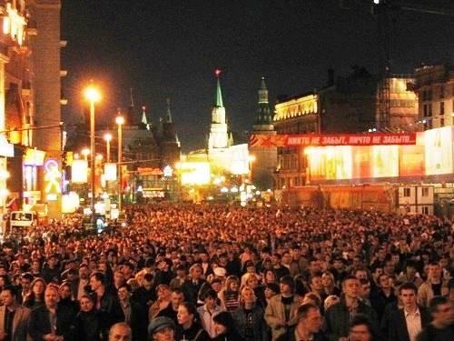 а это народ постепенно идет поближе к Красной площади, смотреть салют вот эта мне больше всего нрав... - 2