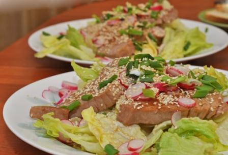 """Теплый салат с тунцом Рецепт из книги """"Гастронома"""" """"Про рыбу"""""""
