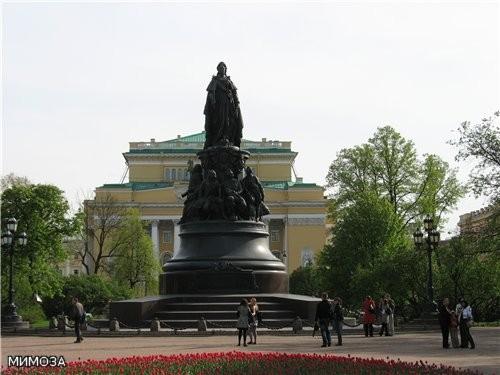 Со стороны Невского проспекта Малая Садовая улица упирается в сквер на площади Островского