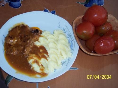 вот наш скромный обед, шнитцель с картофелем и солёными помидорами, ну на конец таки вроде получает...