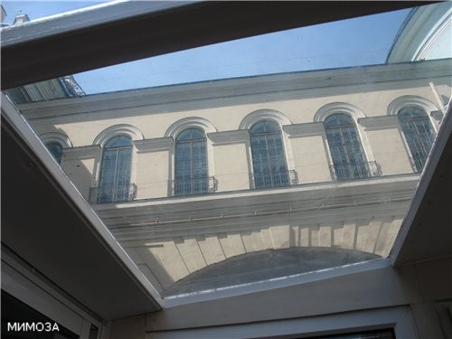 А это - узнаете - переход из одного здания Эрмитажа в другое над Зимней канавкой