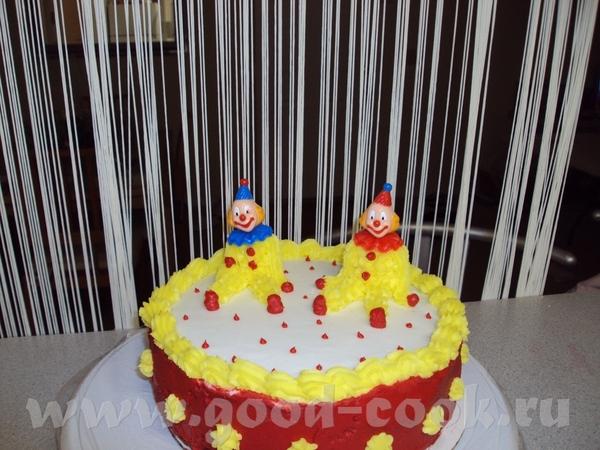 а это мой первый тортик, мордашки клоунов пластиковые