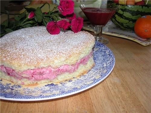 Очень простенький тортик, но вполне сезонный и очень вкусный