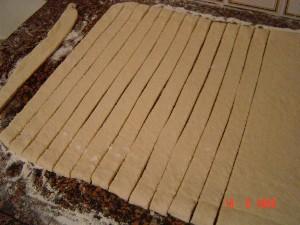 Раскатать в тонкий пласт шириной примерно 32-34 см(если нет места,то разрезать на две части и раска... - 2