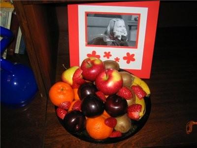 фрукты: мандарины, слива, клубника, яблоки, киви, бананы