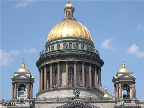 Знаменитая колоннада Исаакиевского собора вблизи
