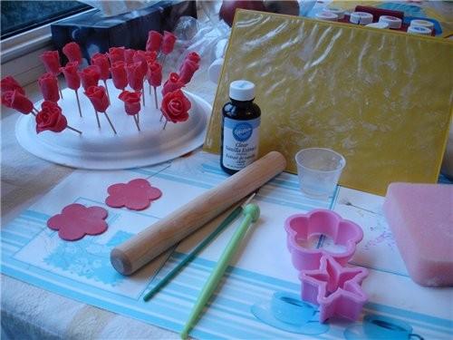 Розочки из мастики от Вилтон Нам понадобится: - мастика для приготовления цветов - Gum Paste - реце...