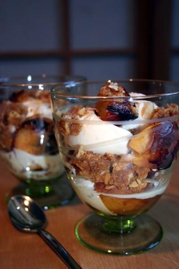 Десерт с запечеными нектаринами, миндалем и мороженым 6 нектарин 12 ч