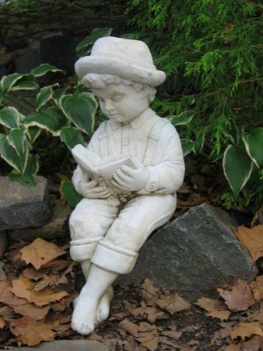 С другой стороны есть небольшой мостик, который ведет к пруду В тени я обнаружила вот такую статую... - 2