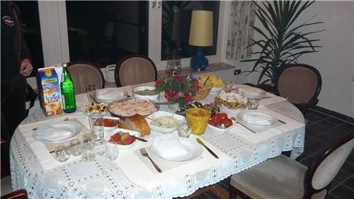 Можно я тоже свой скромный столик выставлю мы отмечали мужа день рождния в маленьком кругу друзей