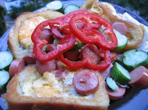 два завтрака просто бутеры с куриной грудкой,перцем и салатом и яичница в хлебе,вырезать мякушку и... - 2