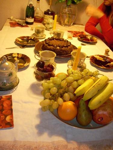- Трюфельный торт от Мишель, фрукты, сливы в роме (у меня в коньяке) и тут уже пошёл особый курс- в...