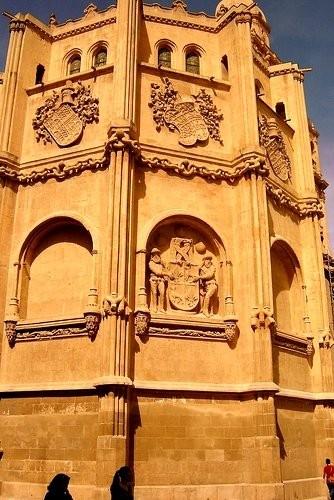 Кафедральный собор Эти цепи сделаны из цельного камня и скреплены между собой без единой крупицы це... - 4