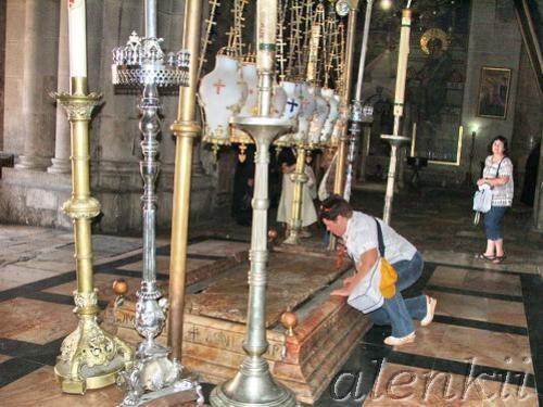 Войдя в храм, оказываемся в темном зале, где на полу лежит Камень Помазания – плита, на которой омы... - 2