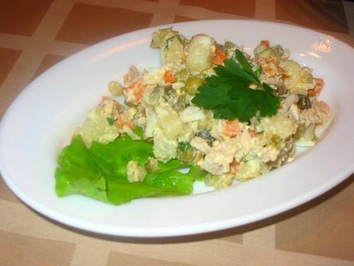 """А у нас сегодня супер легкий ужин: салатик-типа """"Оливье""""-только с куринной грудкой А второе было на..."""