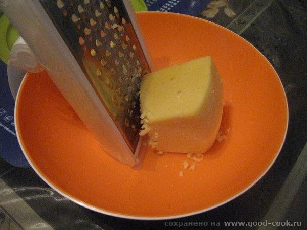 Сыр натираем через терку