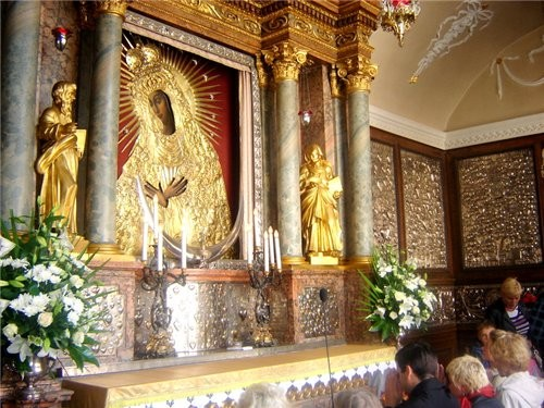 """самый старый и почитаемый католиками костел """"Аушрос вартай"""" (ворота зари) и икона к которой приезжа..."""