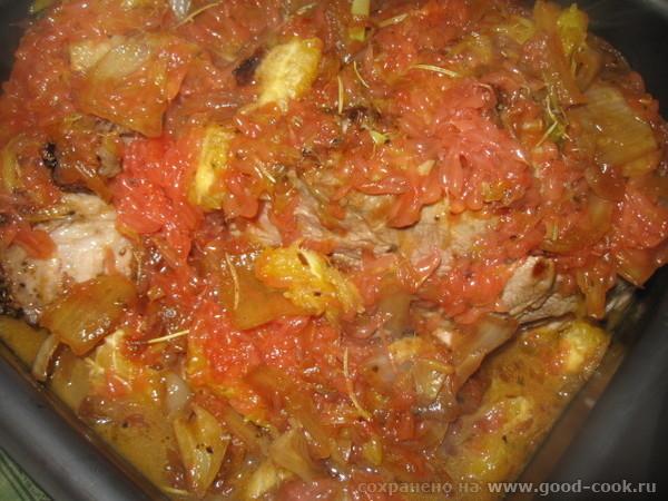 Немного выпариваем жидкость, добавляем нарезанные фрукты, недолго тушим и поливаем соусом мясо в Накрываем крышкой и... - 2