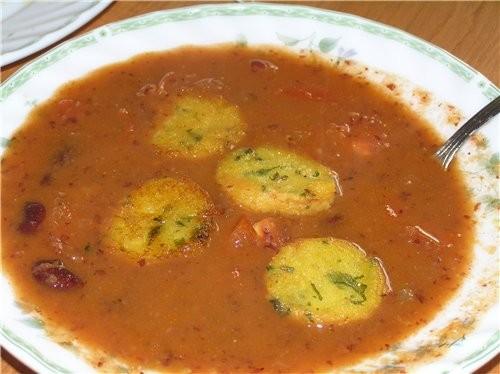 Томатный суп с фасолью и хрустящими гренками из поленты с пармезаном в мексиканском стиле Гренки: 1...