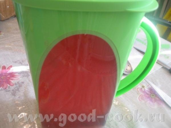 Вливаем в кувшин лимонный сок с сахаром – тут происходит чудесное превращение с цветом воды – она н... - 2