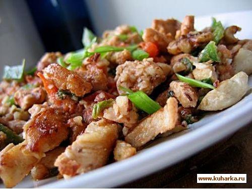 филе курицы,жаренное с орехами и овощами