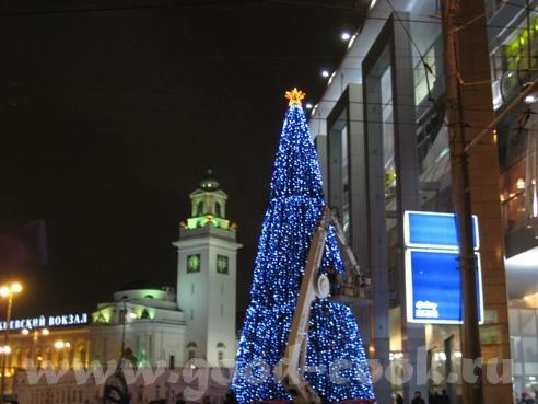 Сегодня у Киевского вокзала украшали новогоднюю ёлку