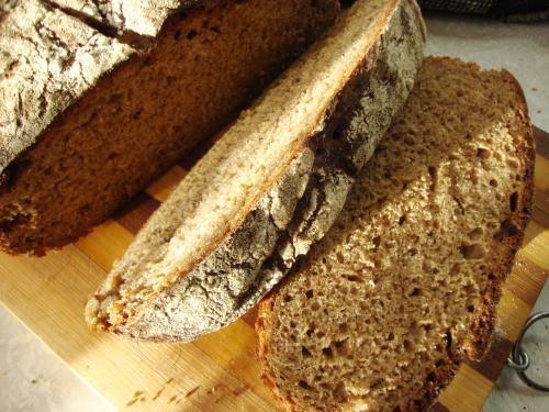 С лета осталось много сухого кваса и солода, можно испечь хлеб