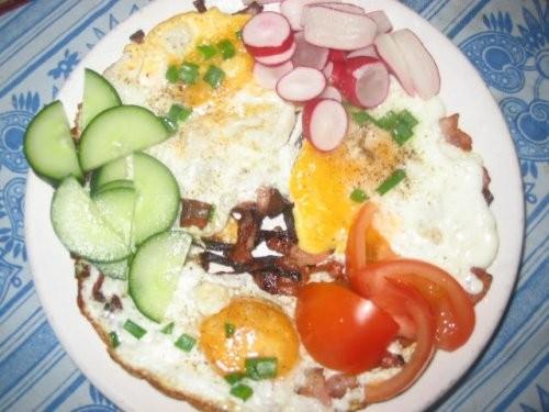 яичница салатик гриль колбаски ещё один салатик щи со щавелем(как с капустой только вместо капусты...