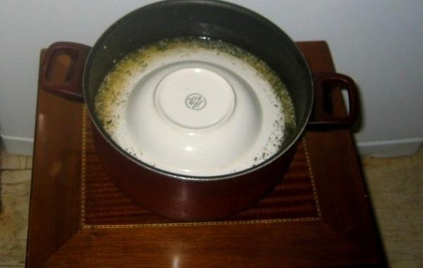 Накрываем тарелкой голубцы, кастрюлю крышкой и ставим на огонь