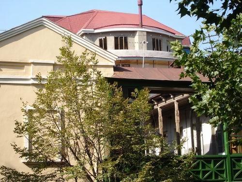 А это несколько зданий: на балконе этого дома стояла женщина и курила сигарету - 3