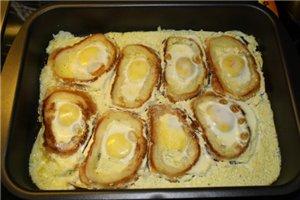 А мы вот такие на завтрак готовим: Нарезаю хлеб, из середины кусочков вынимаю мякиш