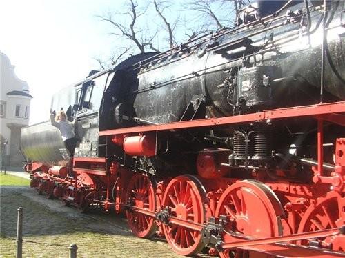 А вот мы переехали через мост и едем по Зимбаху, такой настоящий паровоз у них стоит на железнодоро...