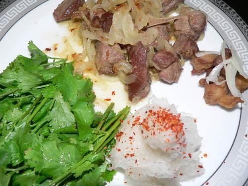"""Вот мой ужин: Пожарила мяса с луком+соль, рядом свежая зелень, и редька на маленькой тёрке """"Гушт зи..."""