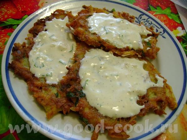 Драники (картофельные оладьи) с чесночным соусом
