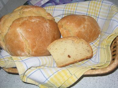 я сегодня пекла Алинин деревенский хлеб,первый хлебушек,вкусно,на фото он еще горячий-поэтому кажет...