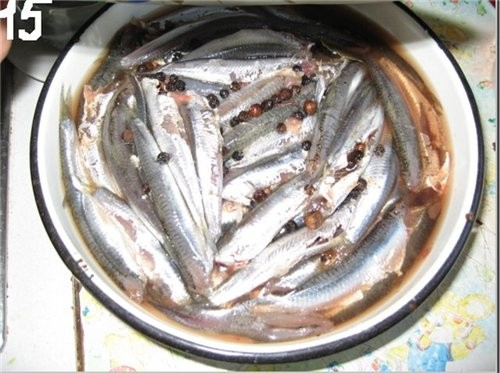 Далее аккуратно и осторожно всё это перемешиваем,(как уже говорил)поддевая ладошкой рыбу споднизу - 6