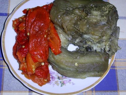 Вот так выглядят продукты на икру из баклажан после разморозки а это заготовка из помидор