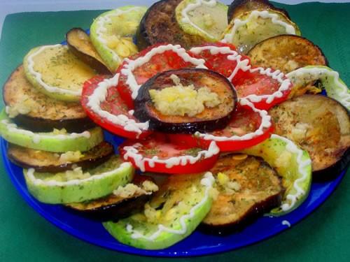 Девочки сегодня вот приготовила закусочку такую: Пикантная закусочка из овощей Берем баклажанчик, р...
