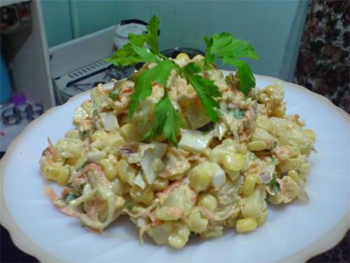"""Салат """"Желтенький"""" 5-6 картофелин в мундире 2 средних моркови(сырых) 4-5 яиц вкрутую 1 банка кукуру..."""