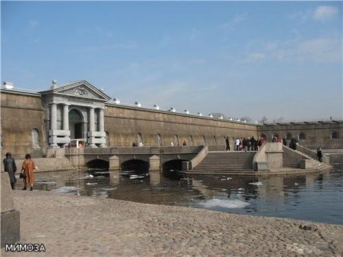 По проекту Львова в 1784–1787 годах в камень перестраивают Невские ворота, чуть позже — пристань