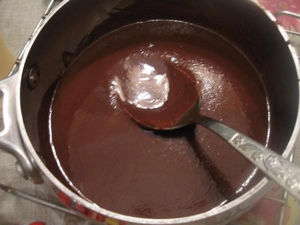 Оставляем кекс остывать на решетке, а тем временем, ломаем на кусочки плитку (100г) натурального го... - 2