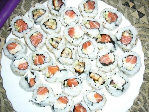 А у нас был вечер японской кухни: рулеты с лососем и крабом, с угрем и огурцом, просто с крабом и а...