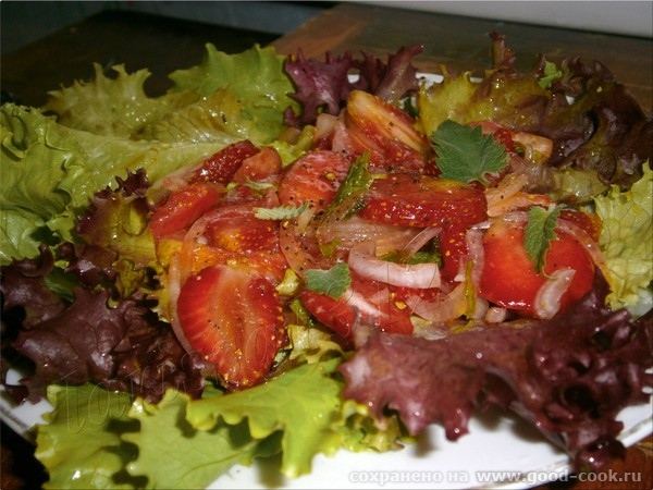 Салат для гурманов из клубники и красного лука