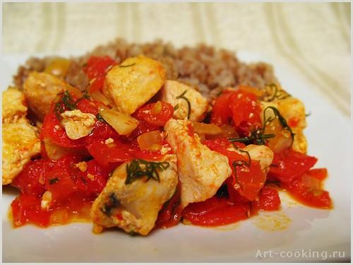400 г куриного филе 1 луковица 4 помидора зелень (базилик и петрушка) растительное масло соль, пере...
