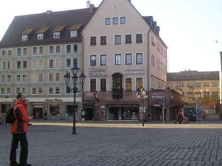 тихо-тихо подошли мы к базарно площади: Hauptmarkt, на которой в тот день было пустынно, а вот в ра... - 3