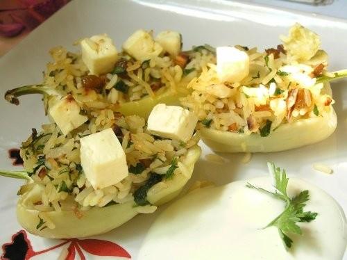 Перец, фаршированный рисом с изюмом и орехами