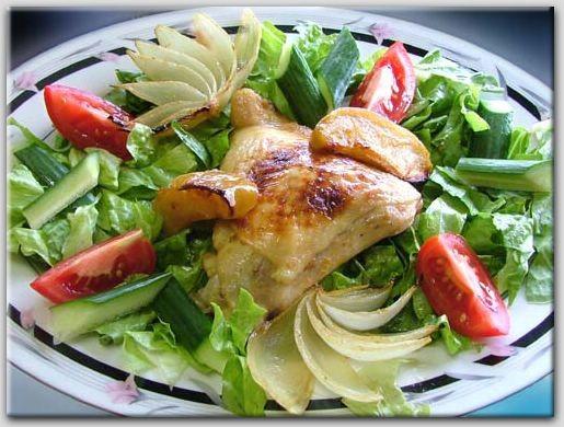 КУРИЦА С ЛУКОМ И ЯБЛОКАМИ 4 куриные четверти, разделенные на ножки и бедрышки, 4 кислых яблока, нар...